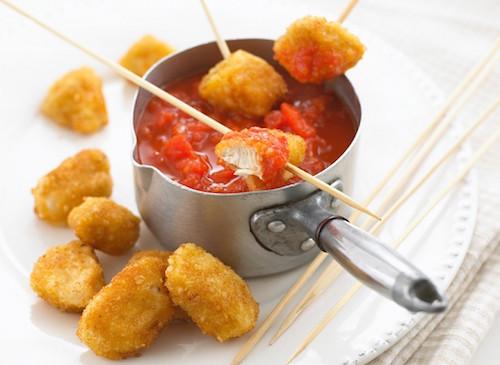 Nuggets de poulet à la sauce tomate maison.